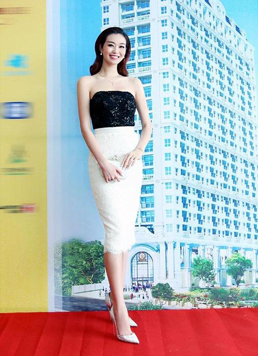 Diễm My 9X và diễn viên Khánh My cùng lựa chọn chiếc đầm cúp ngực ôm sát được thực hiện trên nền chất liệu ren đính hạt bẹt của nhà thiết kế Lê Thanh Hòa. Nếu như Diễm My chọn tông đen cho những phụ kiện đi kèm thì Khánh My lại tương phản với tông trắng.