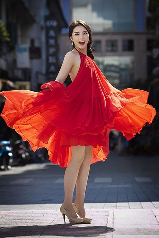 Cách đây không lâu, hoa hậu Kỳ Duyên cũng từng gây xôn xao khi đụng váy với Angela Phương Trinh. Bộ váy được thực hiện trên nền chất liệu voan lụa mềm mại với những đường xếp li tinh tế. Phần cổ yếm hòa trộn giữa tinh thần cổ điển cùng vẻ hiện đại, gợi cảm cũng là điểm nhấn đặc biệt cho thiết kế này.