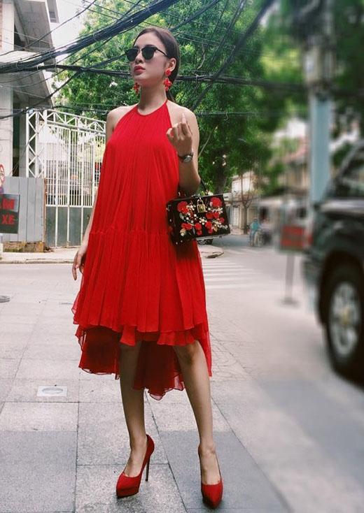 Với bộ trang phục này, Angela Phương Trinh được đánh giá cao bởi việc kết hợp phụ kiện một cách tinh tế từ kiểu dáng đến màu sắc.