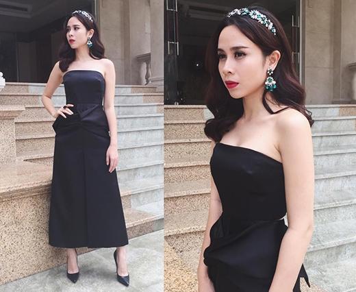 Diễm My 9X và Lưu Hương Giang lần lượt chọn phụ kiện tông vàng ánh kim và sắc xanh ngọc đi kèm bộ váy đen cúp ngực xẻ tà. Phần chân váy cũng được tạo điểm nhấn bởi chi tiết dựng phom 3D tinh tế.