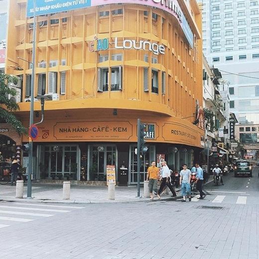 Nếu không có những bảng hiệu tiếng Việt thì có thể bạn không nghĩ đây là một góc phố của Sài Gòn. (nguồn: IG tuyenbemap)