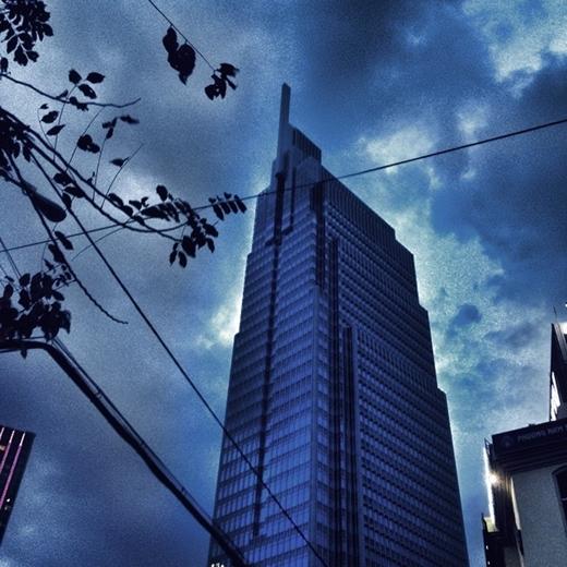 Một tòa nhà cao tầng có kiến trúc lạ bị bao vây bởi những đám mây khi trời chuyển mưa. Nhiều bạn trẻ hóm hỉnh cho rằng đây là khoảnh khắc yêu quái xuất hiện. (nguồn: IG diiphann)
