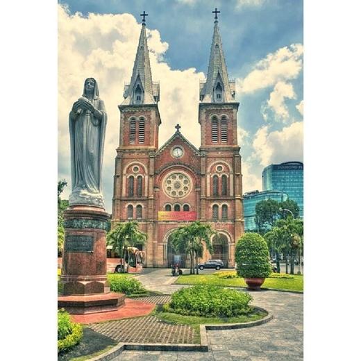 Nhà thờ Đức Bà cũng là địa điểm bỏ túi của giới trẻ Sài Gòn. Lối kiến trúc Pháp độc đáo và màu gạch đỏ hồng đặc biệt của nhà thờ đã quyến rũ không biết bao nhiêu tay nhiếp ảnh khi đặt chân đến đây.