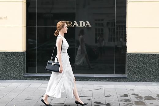 Sắc trắng lại được Á hậu Việt Nam 2012 tiếp tục lăng xê trong bộ trang phục kết hợp giữa áo crop top ôm sát và quần ống rộng xẻ tà.