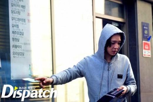 Nam Tae Hyun (Winner) rút tiền trong ví bằng hai ngón tay trả phí giữ xe thì fan đã bênh vực ra mặt. Nhưng khi một thần tượng nữ chỉ không cười thì lại bị cho là không chuyên nghiệp và còn bị yêu cầu rút khỏi làng giải trí.
