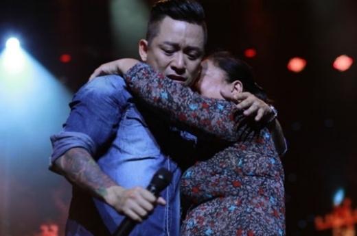 Khi mẹ của nam ca sĩ lên sân khấu cùng con trai, cả hai mẹ con đã cùng ôm nhau khóc. - Tin sao Viet - Tin tuc sao Viet - Scandal sao Viet - Tin tuc cua Sao - Tin cua Sao
