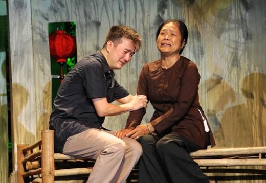 Trong phân cảnh chàng trai khóc nức nở bên cạnh người mẹ, Đàm Vĩnh Hưng đã hoàn toàn bộc lộ được cảm xúc của một người con. Mr.Đàm khóc đỏ hoe gương mặt mình. - Tin sao Viet - Tin tuc sao Viet - Scandal sao Viet - Tin tuc cua Sao - Tin cua Sao