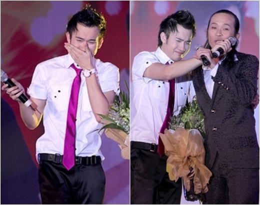 Nam ca sĩ Dương Triệu Vũ bật khóc trên sân khấu khi anh trai Hoài Linh có những chia sẻ về mình. - Tin sao Viet - Tin tuc sao Viet - Scandal sao Viet - Tin tuc cua Sao - Tin cua Sao