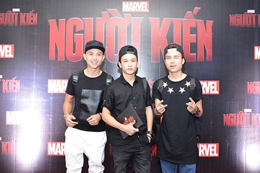 Đi cùng Mạnh Quân còn có nam diễn viên Anh Vũ (ngoài cùng bên trái)