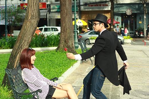 Ảo thuật gia Quang Bảo tặng cho Kim Nhã một cành hoa hồng làm cô nàng thích thú.