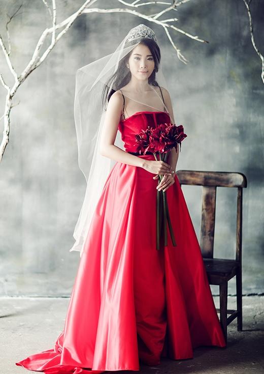 Trong bộ ảnh mới thực hiện, tân Hoa khôi Đồng bằng sông Cửu Long khoe sắc trong những chiếc váy dạ hội lộng lẫy với hai tông màu trắng, đỏ.