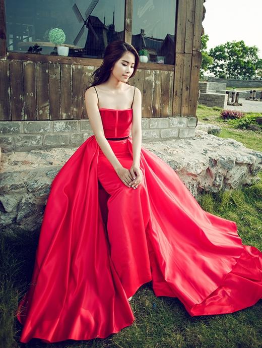 Chiếc váy quây đỏ được tạo điểm nhấn bằng hai chi tiết đối xứng tạo nên độ bồng bềnh, mềm mại.