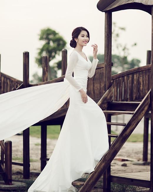Chiếc váy trắng lại mang đến sự thanh thoát, nhẹ nhàng cho người đẹp sinh năm 1996.