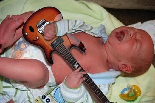 Được bố mẹ cung cấp đạo cụ, em bé đang quấy khóc này bỗng trở thành một tay chơi ghi-ta cực ngầu.