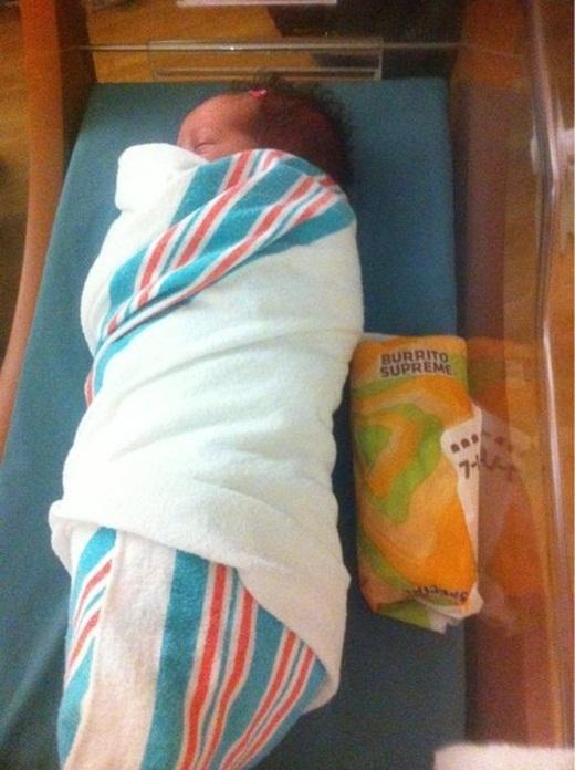 Bố mẹ của em bé này thực sự muốn chứng minh rằng em rất giống một chiếc bánh mì.