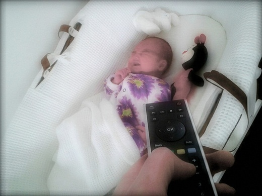 Bố mẹ nào cũng hi vọng rằng một ngày kia, người ta sẽ phát minh ra một chiếc điều khiển có thể vặn nhỏ tiếng khóc của trẻ con lại.