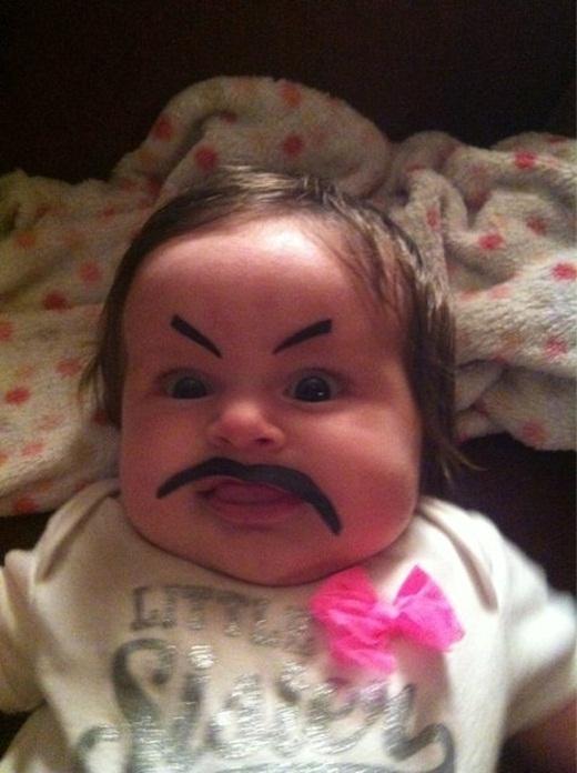 Em bé này lớn lên hẳn sẽ có khiếu hài hước rất kinh người nhờ thừa hưởng từ bố mẹ.