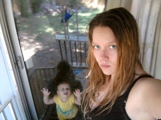 Không biết là do bóng người, hay lỗi khi chụp hình hoặc là một bóng đen bí ẩn nào đó đang ở đằng sau em bé. Và có lẽ nếu người phụ nữ cứ mải tập trung vào việc chụp hình thì cô sẽ không thể nào để mắt đến sự an toàn của đứa con.
