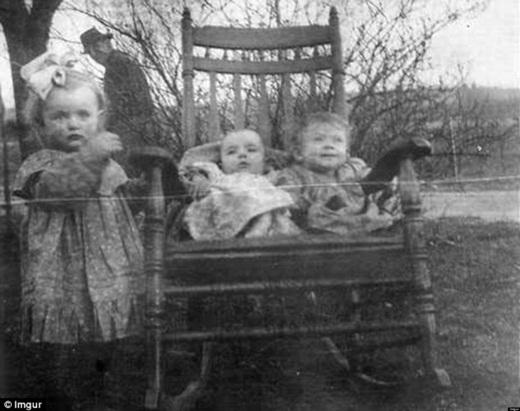 Trong khi dọn dẹp, một gia đình đã tình cờ tìm thấy một bức ảnh cũ và tự hỏi danh tính của người đàn ông đứng phía sau 3 đứa con của mình là ai. Rõ ràng cái cách ông nhìn thẳng vào ống kính máy ảnh đã khiến cho bức ảnh bỗng trở nên đáng sợ.
