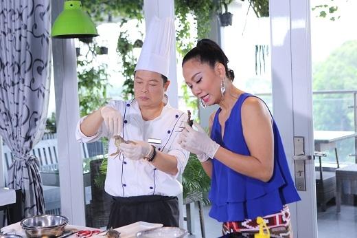 Kim Khánh được thử thách với món cua lột chiên giòn.