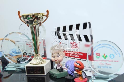 Nơi trưng bày cúp lưu niệm và những giải thưởng mà Diễm My đạt được. - Tin sao Viet - Tin tuc sao Viet - Scandal sao Viet - Tin tuc cua Sao - Tin cua Sao