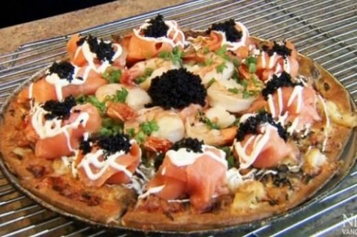 Chiếc bánh pizza với phần nhân làm từ 4 loại trứng cá muối Petrossian khác nhau, phần đuôi tôm hùm Atlantic xắt mỏng, trứng cá muối, cá hồi với ớt wasabi ở trên có mức giá 1.000 đô la Mỹ (khoảng 21 triệu đồng). Quả là một mức giá hơi 'chát' đối với một chiếc pizza.