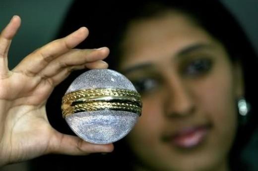 Trái bóng criket được đính 5.728 viên kim cương trị giá 68.500 đô la Mỹ (khoảng 1 tỉ 400 triệu đồng) để trao cho những cầu thủ xuất sắc nhất tại giải Criket World Cup vào năm 2007.