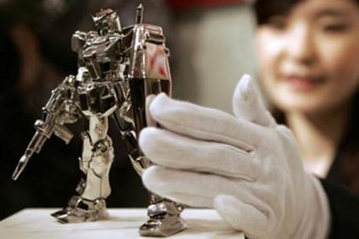 Công ti đồ chơi ở Nhật Bản đã cho ra mắt phiên bản đặc biệt của nhân vật hoạt hình được yêu thích – Robot Gandam. Được làm bằng bạch kim nguyên chất, chú robot cao 13cm và nặng 400g có giá lên đến 41.468 đô la Mỹ (khoảng 900 triệu đồng).