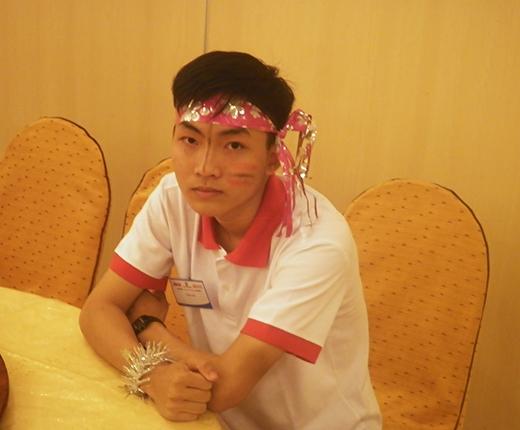 Cậu học trò nhỏ Trần Văn đang ngồi trong cánh gà để chuẩn bị lên diễn văn nghệ. Tuy vậy, em vẫn đang lo lắng cho ước mơ trở thành bác sĩ của mình không thực hiện được vì gia đình đang rất khó khăn.