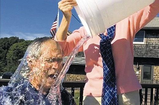 Cựu Tổng thống Hoa Kỳ Geogre W Bush chấp nhận Ice Bucket Challenge.