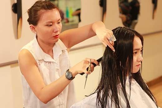Được chăm sóc và tạo mẫu tóc từ những kinh nghiệm được tích lũy của nhà tạo mẫu tóc nổi tiếng Sandrine Nguyễn.