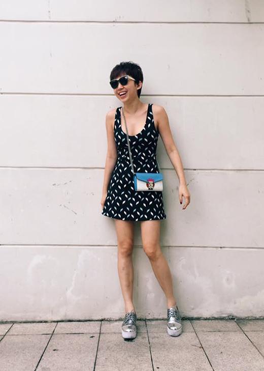 Nữ ca sĩ Tóc Tiên diện váy ngắn xẻ ngực sâu kết hợp cùng túi đeo chéo cùng giày slip on ánh kim nổi bật.