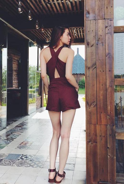Bộ trang phục áo liền quần khá đơn giản của Hồ Ngọc Hà được tạo điểm nhấn bởi phần quây chéo ở lưng.