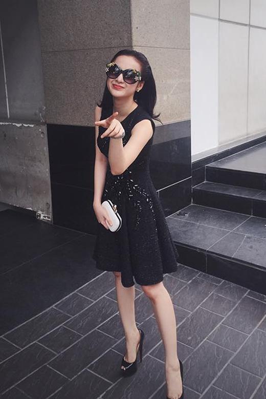 Bộ trang phục khá sang trọng với sắc đen cùng những chi tiết đính kết tinh tế cũng được Angela Phương Trinh thể hiện hài hòa trong phong cách thời trang đường phố của mình.