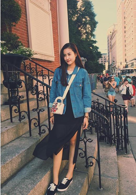 Kiểu váy suông xẻ tà đang lên ngôi được Hà Lade biến tấu trở nên độc đáo hơn khi diện cùng jacket jeans. Cô mang giày cột dây và túi đeo chéo tương phản về màu sắc.