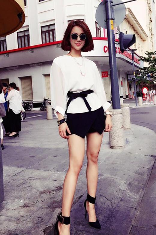 Diệp Lâm Anh lại chọn gu thời trang thanh lịch, sang trọng khi xuống phố với hai tông màu trắng, đen tương phản.