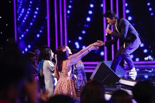 Cực hút fan nữ khi biểu diễn ballad nhẹ nhàng.