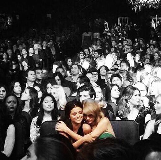 ...đến hàng ghế khán giả, ở đâu cặp đôi cũng có thể bày tỏ tình cảm.