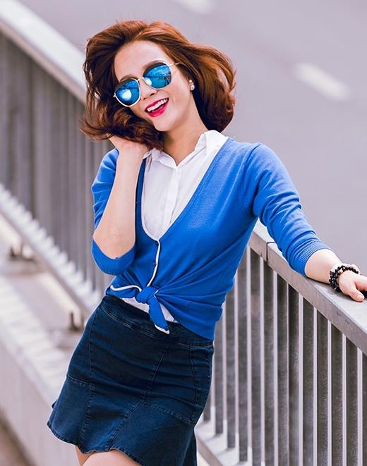 Chiếc mắt kính mặt gương đang thịnh hành cũng được chân dài phối hợp hài hòa tuyệt đối về màu sắc với bộ trang phục.