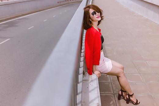 Xao xuyến với vẻ gợi cảm của Diệp Lâm Anh cùng váy ngắn