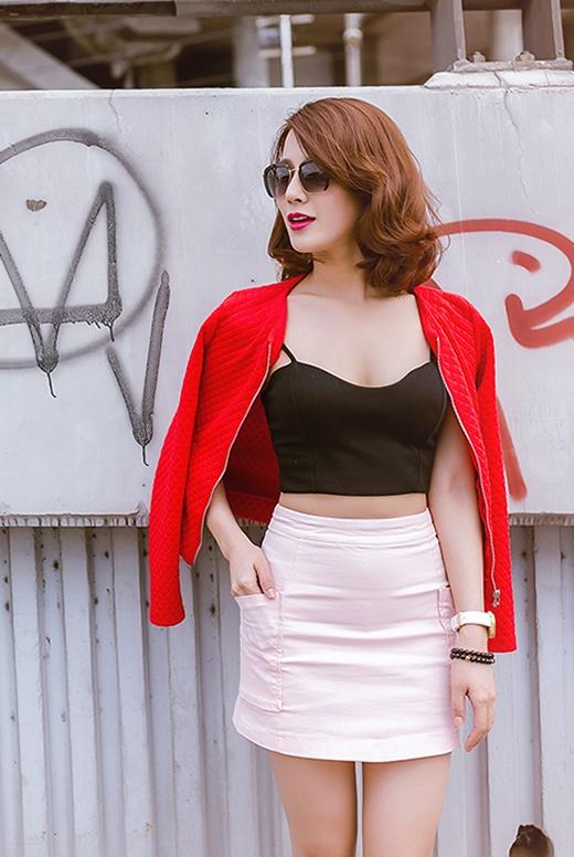 Chiếc áo khoác tông đỏ ruby tạo nên sự cuốn hút, quyến rũ đến lạ thường.