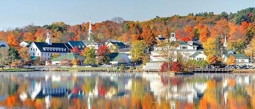 Thành phố Meredith, New Hampshire căng tràn sức sống vào ban ngày.