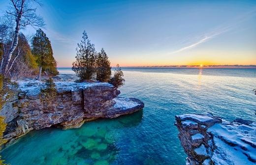 Từ Tây sang Đông, nó tiếp giáp với các tiểu bang sau: Wisconsin, Illinois, Indiana, và Michigan.