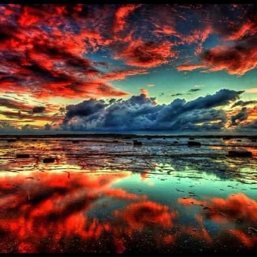 Mặt nước phẳng lặng phản chiếu hoàn hảo trời chiều đẹp như tranh 3D.