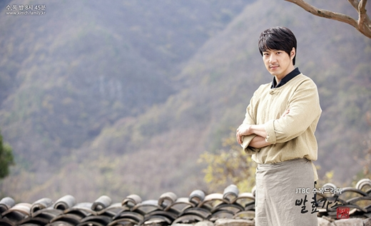 Trong phim Kimchi Family, Song Il Gook ban đầu là một anh chàng xã hội đen, thế nhưng sau đó đã quyết định gác kiếm và làm việc cho một nhà hàng ẩm thực Hàn Quốc. Khác xa với công việc xã hội đen trước kia, anh nhanh chóng trở thành một bếp trưởng hiền lành, ấm áp.