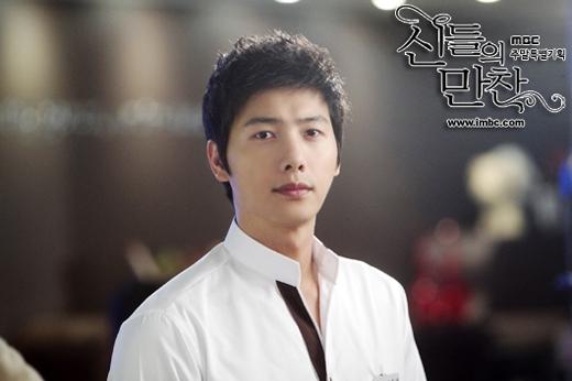 Ở bộ phim Bữa tiệc của các vị thần, Lee Sang Woo đã vào vai một đầu bếp tài năng chuyên làm các món ăn Hàn Quốc. Cũng trong lúc này, anh dần nảy sinh tình cảm với cô bạn đồng nghiệp Go Joon Yong.