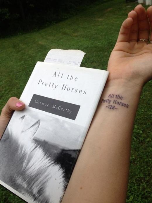 Khi cha của cô gái này mất đi, ông đang đọc dở cuốn sách All the Pretty Horses. Và để nhớ về cha, cô đã quyết định xăm tựa cuốn sách lên cổ tay của mình.
