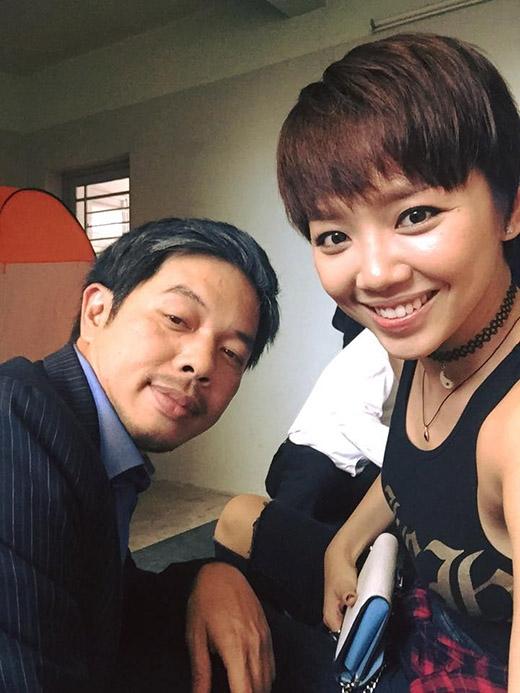 Nữ ca sĩ Tóc Tiêntrông rất năng động với Choker đen.