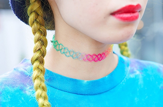 Ngoài sắc đen truyền thống, những chiếc vòng cổ cầu vòng đa sắc màu cũng bắt đầu xuất hiện.