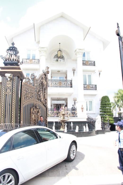 Biệt thự của nhà chồng Tăng Thanh Hà cũng là một trong những biệt thự sang chảnh nhất showbiz. Nhìn từ bên ngoài đã thấy một cảm giác hiện đại, xa xỉ của gia đình nhà chồng Hà Tăng. - Tin sao Viet - Tin tuc sao Viet - Scandal sao Viet - Tin tuc cua Sao - Tin cua Sao